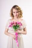 Muchacha rubia hermosa de la primavera con las flores Fotografía de archivo libre de regalías