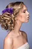Muchacha rubia hermosa en la imagen de la novia con las flores púrpuras en su cabeza Cara de la belleza Fotos de archivo libres de regalías
