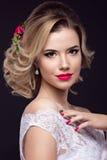 Muchacha rubia hermosa en la imagen de la novia con las flores púrpuras en su cabeza Cara de la belleza Imagen de archivo libre de regalías