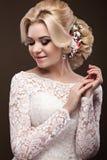 Muchacha rubia hermosa en la imagen de la novia con las flores púrpuras en su cabeza Cara de la belleza Fotos de archivo