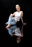 Muchacha rubia hermosa en pantalones vaqueros fotos de archivo libres de regalías