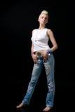 Muchacha rubia hermosa en pantalones vaqueros imagen de archivo libre de regalías