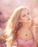 Muchacha rubia hermosa en un campo de la lavanda Imágenes de archivo libres de regalías
