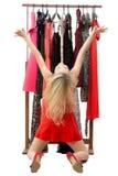 Muchacha rubia hermosa en un vestido rojo delante de a foto de archivo