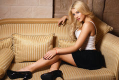 Muchacha rubia hermosa en una falda del negro sexy Fotografía de archivo libre de regalías