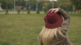 Muchacha rubia hermosa que camina en el parque metrajes