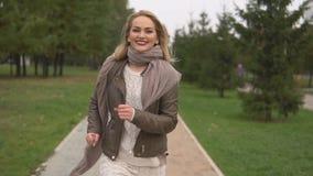 Muchacha rubia hermosa que camina en el parque almacen de video