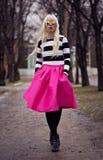 Muchacha rubia hermosa que camina en la calle Imagen de archivo libre de regalías