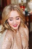 Muchacha rubia hermosa que presenta para la cámara Fotografía de archivo libre de regalías