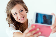Muchacha rubia hermosa que toma el selfie Aislado en blanco Foto de archivo libre de regalías