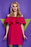 Muchacha rubia joven atractiva en vestido rojo foto de archivo