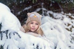 Muchacha rubia joven atractiva que camina en mujer bonita del bosque del invierno en el invierno al aire libre Ropa del invierno  Imagen de archivo