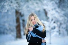 Muchacha rubia joven atractiva que camina en mujer bonita del bosque del invierno en el invierno al aire libre Ropa del invierno  Fotos de archivo libres de regalías