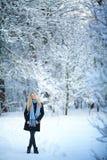 Muchacha rubia joven atractiva que camina en mujer bonita del bosque del invierno en el invierno al aire libre Ropa del invierno  Imagen de archivo libre de regalías