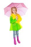 Muchacha rubia joven bajo el paraguas rosado Imagen de archivo libre de regalías