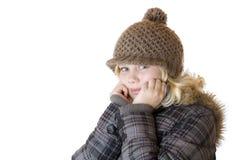 Muchacha rubia joven con el casquillo y la chaqueta del invierno Imágenes de archivo libres de regalías