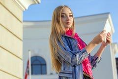 Muchacha rubia joven con la tableta al aire libre Fotos de archivo libres de regalías