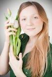 Muchacha rubia joven con los tulipanes Fotografía de archivo