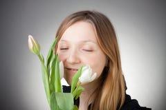 Muchacha rubia joven con los tulipanes Fotos de archivo libres de regalías