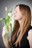 Muchacha rubia joven con los tulipanes Imagen de archivo libre de regalías