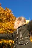 Muchacha rubia joven en un otoño Imagenes de archivo