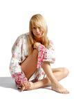 Muchacha rubia joven hermosa aislada en blanco Imagen de archivo