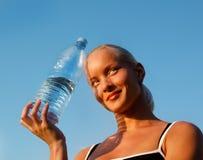 Muchacha rubia joven hermosa con la botella de agua Foto de archivo