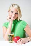 Muchacha rubia joven hermosa con la manzana roja. Fotografía de archivo libre de regalías