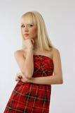 Muchacha rubia joven hermosa en alineada roja Foto de archivo libre de regalías
