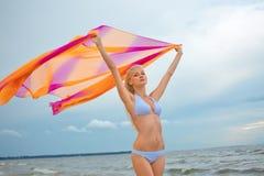 Muchacha rubia joven hermosa en la playa Imagen de archivo
