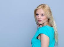 Muchacha rubia joven muy atractiva  Fotografía de archivo libre de regalías