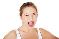 Muchacha rubia joven que grita. Imagenes de archivo