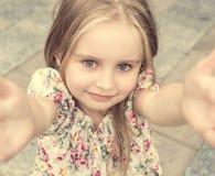 Muchacha rubia joven que hace el selfie Foto de archivo libre de regalías