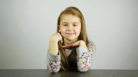Muchacha rubia joven que invita juguetónamente La muestra de las demostraciones del niño viene aquí almacen de metraje de vídeo
