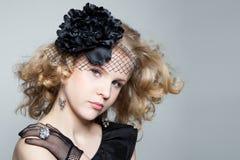 Muchacha rubia joven que presenta en estudio Imagenes de archivo