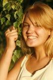 Muchacha rubia joven que sonríe feliz Fotos de archivo