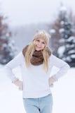 Muchacha rubia joven sonriente atractiva que camina en mujer bonita del bosque del invierno en el invierno al aire libre Ropa del Foto de archivo libre de regalías