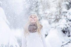 Muchacha rubia joven sonriente atractiva que camina en mujer bonita del bosque del invierno en el invierno al aire libre Ropa del Fotos de archivo libres de regalías
