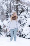 Muchacha rubia joven sonriente atractiva que camina en mujer bonita del bosque del invierno en el invierno al aire libre Ropa del Imágenes de archivo libres de regalías