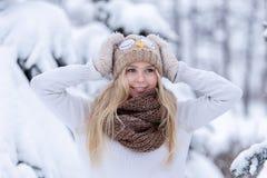 Muchacha rubia joven sonriente atractiva que camina en mujer bonita del bosque del invierno en el invierno al aire libre Ropa del Foto de archivo