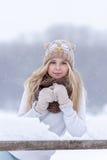 Muchacha rubia joven sonriente atractiva que camina en mujer bonita del bosque del invierno en el invierno al aire libre Ropa del Imagen de archivo