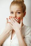 Muchacha rubia linda adolescente que piensa, frustrado Foto de archivo
