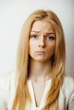 Muchacha rubia linda adolescente que piensa, frustrado Foto de archivo libre de regalías