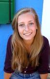 Muchacha rubia linda con la sonrisa de los ojos azules Fotos de archivo libres de regalías