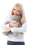 Muchacha rubia linda con un oso del peluche Fotos de archivo libres de regalías