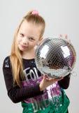 Muchacha rubia linda de Yong que sostiene una bola de discoteca Imágenes de archivo libres de regalías