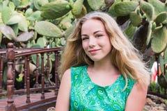 Muchacha rubia linda del adolescente en un parque en un día de verano Foto de archivo libre de regalías