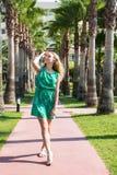 Muchacha rubia linda del adolescente en un parque en un día de verano Imagenes de archivo