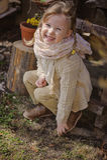 Muchacha rubia linda del niño que se divierte en jardín temprano de la primavera Foto de archivo libre de regalías