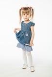 Muchacha rubia linda en vestido azul Foto de archivo